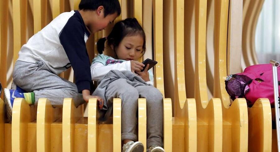 Det kinesiske kommunistparti har besluttet, at etbarnspolitikkens dage definitivt er slut. Fremover må alle kinesiske par få to børn.