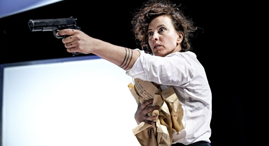Terrorist: Marie Louise Wille svinger håndvåben i »Hedda Gabler« på Aarhus Teater. Foto: Rasmus Baaner