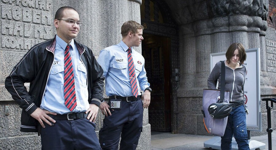 ARKIVFOTO. KVUC har ansat G4S-vagter til at stå foran indgangen for at undgå store forsamlinger af rygere.