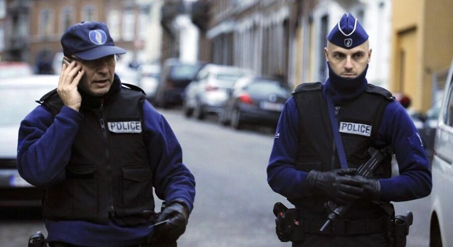 Bevæbnet politi i Verviers i det østlige Belgien. Fredag formiddag er der pressemøde om anholdelserne, der angiveligt hindrede en terrorhandling.