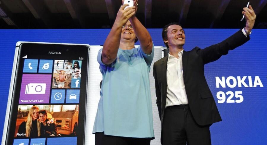 Nokias nyeste topmodel er Lumia 925, men salget af Windows Phone-telefoner går stadig for trægt. Derfor har Microsoft forhandlet om at købe Nokia. Arkivfoto: Luke MacGregor, Reuters/Scanpix