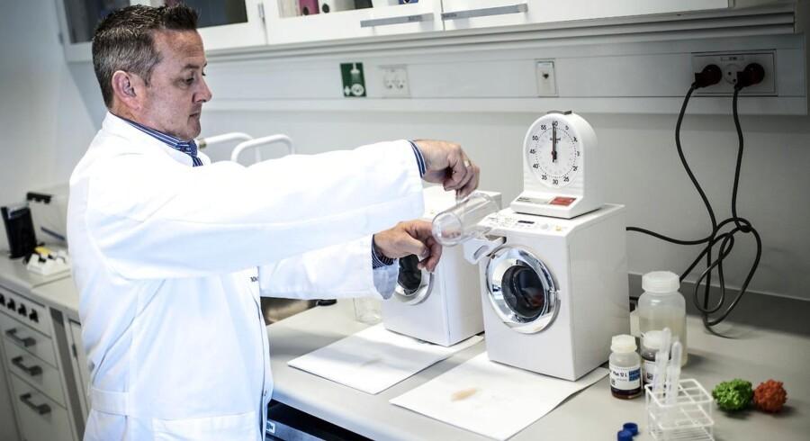 Science Manager ved Novozymes, Lee Murphy, står her og tester vaskepulver med og uden enzymer. ARKIVFOTO.