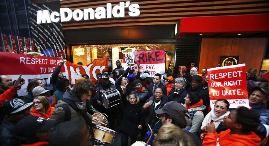 Ansatte demonstrerer for højere løn i New York i december 2013. Landsdækkende strejker ramte igen i maj 2014 og nu igen i september.