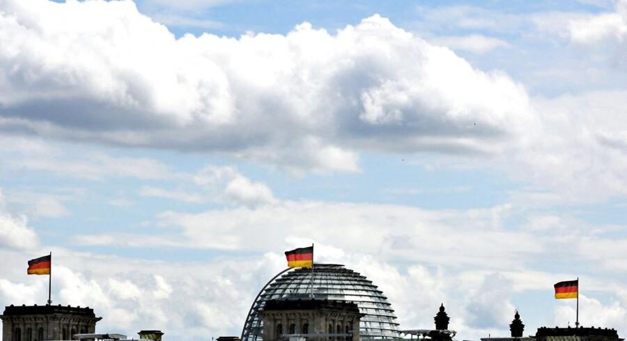Skyer og flag over Reichstag - Rigsdagen som huser det tyske parlament.