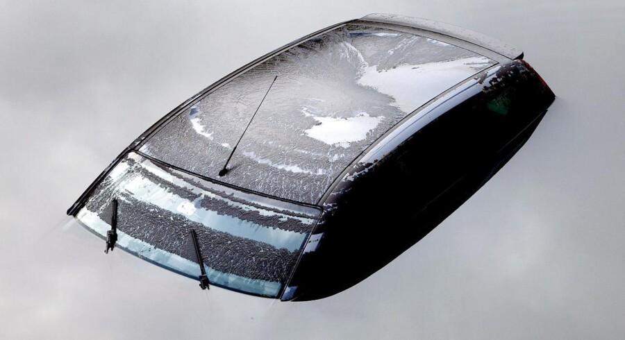 En bil under vand ved Lyngbyvejen i København efter et voldsomt skybrud.