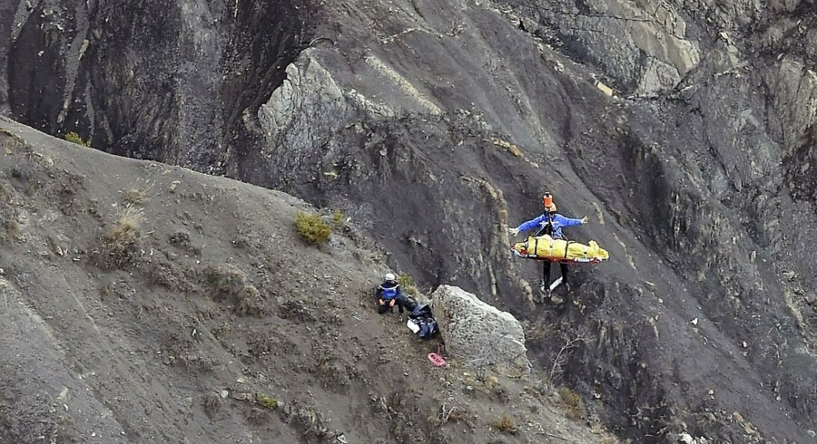 Fransk politi ved resterne af det styrte Germanwings-fly i Alperne.