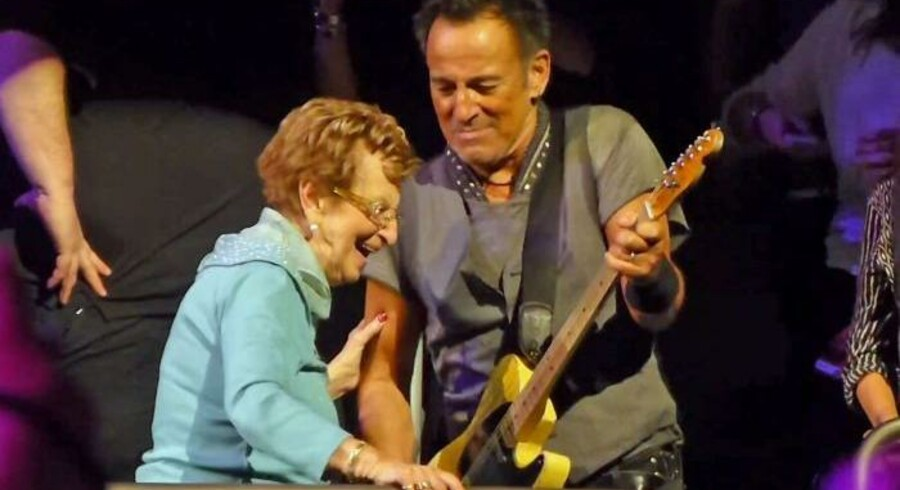 Springsteen med mor Adele på scenen i New York.