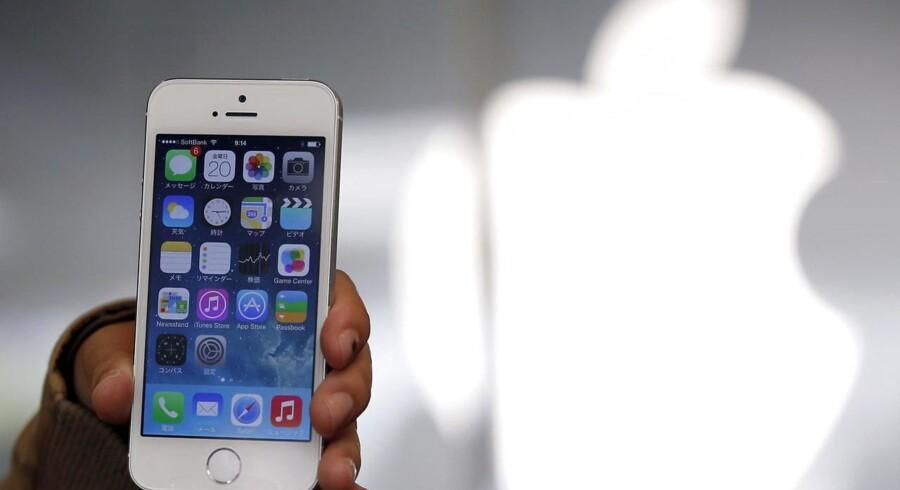 Rigtigt mange danskere går rundt med iPhone-telefoner fra Apple med knust glas, og der er butikker, som lever af at reparere de knuste skærme. Den kommende iPhone 6 - den store model - vil få safirglas, som gør den meget mere modstandsdygtig. Arkivfoto: Toru Hanai, Reuters/Scanpix