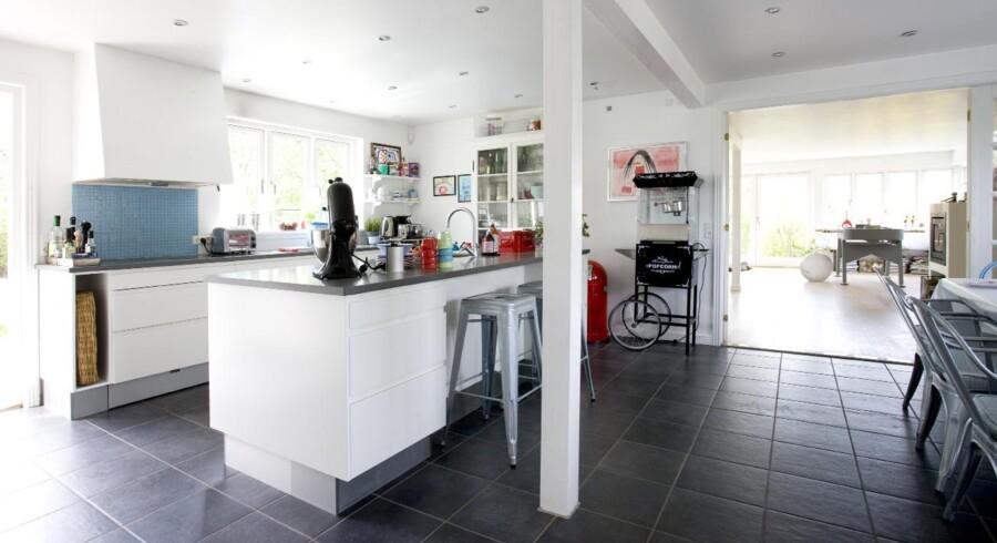 I spisekøkkenet er der god plads til familielivets udfoldelser. Og et fodboldbord til drengene er der også blevet plads til.