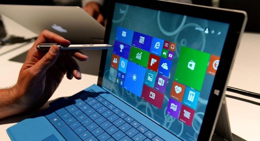 Microsoft kom i foråret med sin Surface 3-tavlecomputer på 12 tommer. Den fungerer som en almindelig bærbar PC, og også Samsung har succes med sin store Galaxy Tab. Derfor følger Apple nu efter. Arkivfoto: Stan Honda, AFP/Scanpix