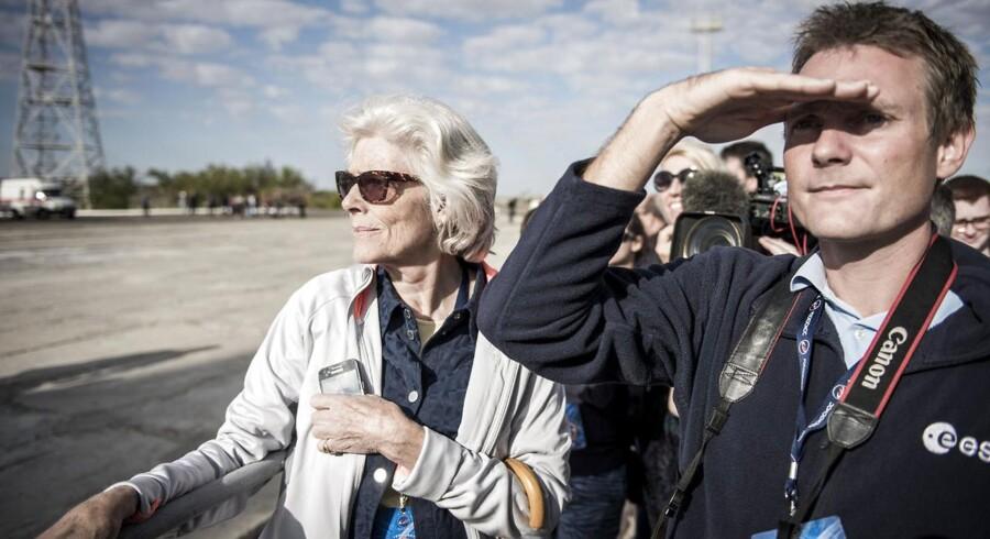 Lisa Bjerregaard (mor) og Niels Mogensen (bror) ankommer til Bajkonur Kosmodrone i Kasakhstan, hvorfra Andreas Mogensen skal skydes op i rummet til ISS onsdag d. 2 september. Her er de med til oprejsningen af Sojuz-raketten, der Andreas skal rejse i.