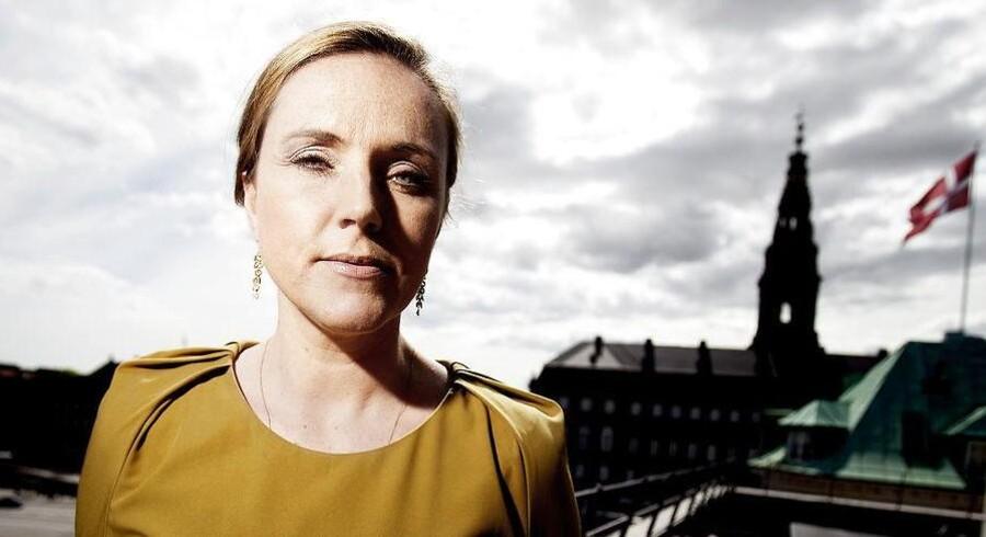 Socialminister Karen Hækkerup (S) møder hård modstand fra regeringspartneren SF, der ikke ønsker, at kommunerne skal kunne straffe forældre til eksempelvis kriminelle børn økonomisk.