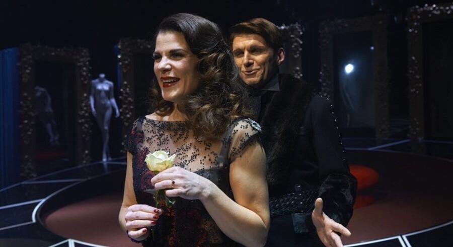 Alvorsord: Christine Gjerulff og Martin Ringsmose i Aalborg Teaters noget panderynkede »Misantropen«. Foto: Aalborg Teater/PR.
