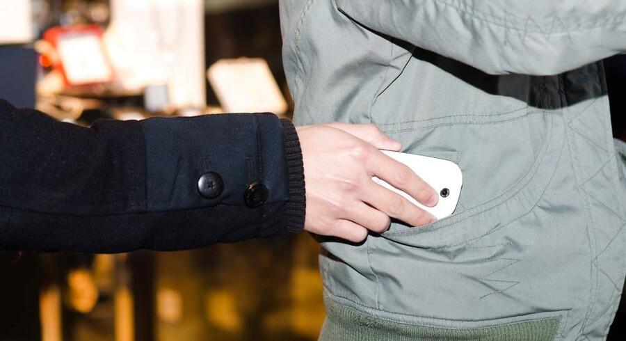 Det er nemt at stjæle en mobiltelefon, og den rummer rigtigt mange personlige oplysninger, som er guf for tyven, hvis ikke telefonen er sikret. Foto: Iris/Scanpix