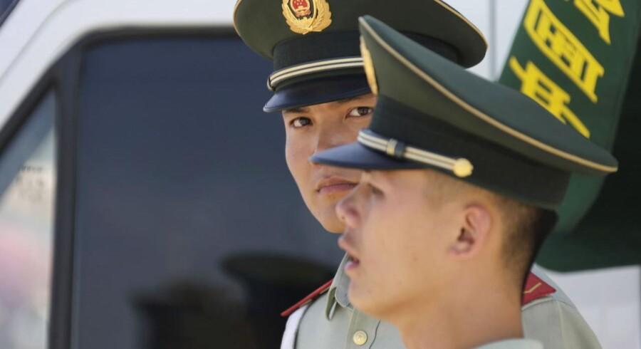 Kinesiske myndigheder efterforsker fem af Kinas største mæglere og har iværksat en efterforskning af såkaldte undergrundsbanker for finansiel forsømmelse.