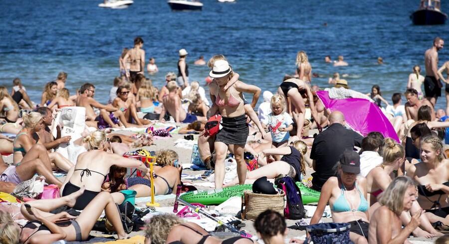 Det danske sommervejr skifter i år mellem høje temperaturer og kraftige regnbyger. Heldigvis kunne sidste feriedag for skolebørn blive tilbragt på stranden, eftersom søndagens vejr kom op på hele 28 grader. Billederne er fra Svanemøllen Strand.