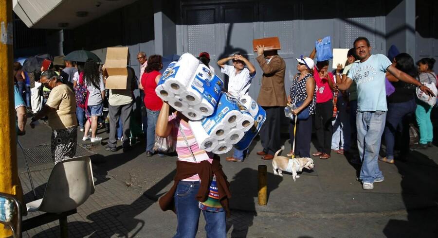 I Venezuela hober kødannelserne sig op udenfor supermarkederne. Som konsekvens må kunderne nu kun handle to dage om ugen.