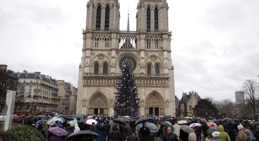Et minuts stilhed for de dræbte foran Notre-Dame i Paris.