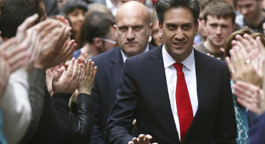 Labour-lederen Ed Miliband ankommer til partiets hovedkvarter fredag.