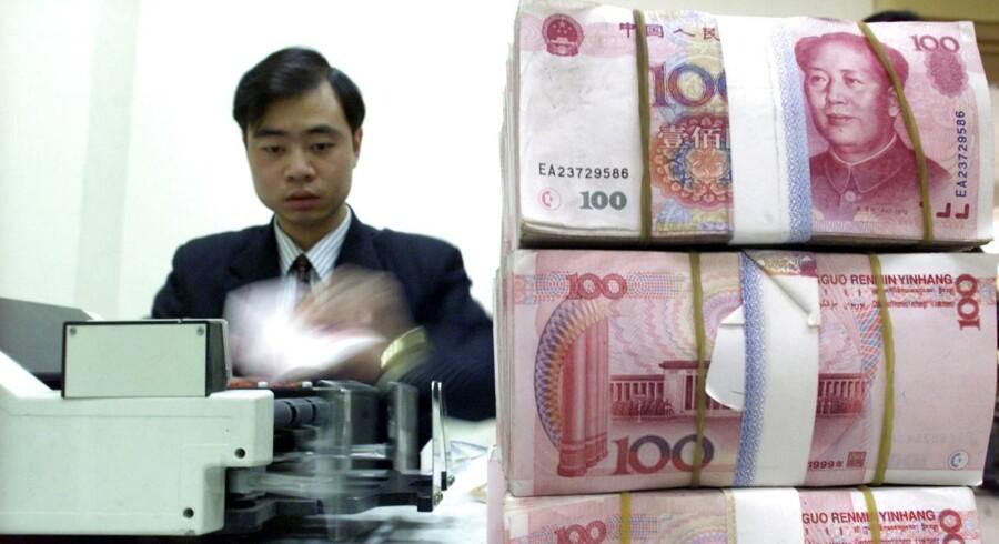 De globale investorer ser med skepsis på Peoples Bank of Chinas guvernør Zhou Xiaochuans forsøg på at genskabe investorernes tillid, der led et knæk ved de tre dages gentagne devalueringer for et par uger siden.