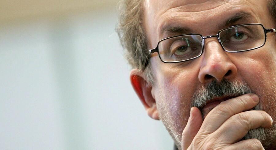 Salman Rushdie har levet under trusler om dødsvold, siden han udgav »De sataniske vers« i 1989 - hvilket udløste en fatwda mod ham fra Irans daværende hersker, Ayatollah Ruhollah Khomeini. Foto: Scanpix