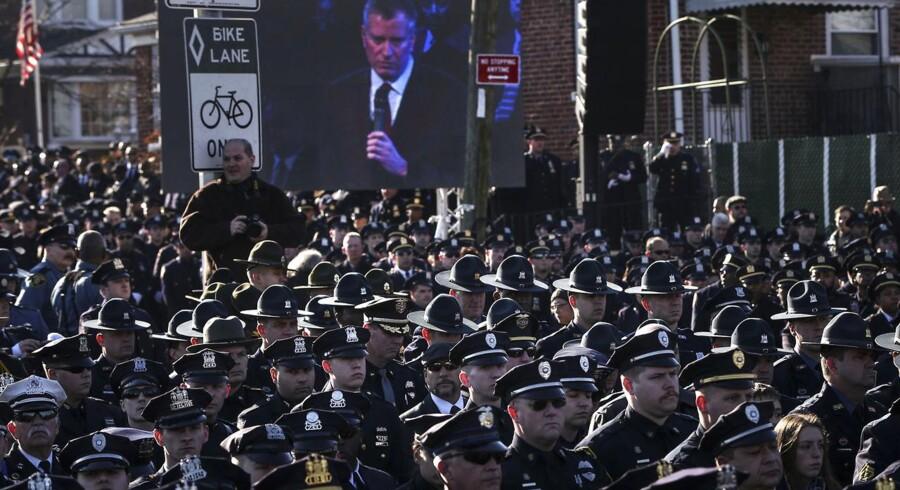 Mange politibetjente vendte ryggen til New York-borgmester Bill de Blasio, da han holdt tale under Rafael Ramos' begravelse.