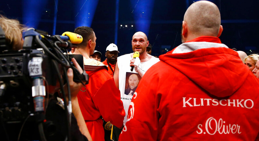 Tyson Fury (med mikrofon) vandt kampen om VM i professionel sværvægtsboksning over Wladimir Klitschko.