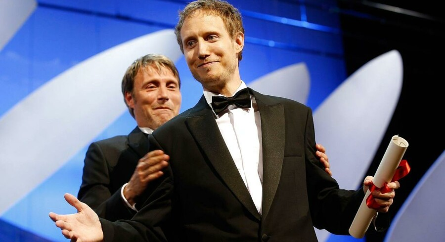 I går aftes, den 24. maj, var den danske skuespiller Mads Mikkelsen på scenen til afslutningsceremonien ved Cannes Filmfestival 2015. Her uddelte han en pris til den ungarske filminstruktør Laszlo Nemes for filmen »Son of Saul«. Laszlo modtog Juryen helt store pris »Grand Prix«, som er det næststørste pris ved filmfestivalen efter den Gyldne Palme.Klik videre for at se flere billeder af overrækkelsen.