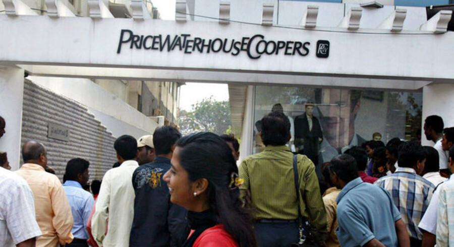 Folk stimler sammen uden for PricewaterhouseCoopers' kontor, som reviderede regnskaberne for det skandaleramte Satyam. Foto: Noah Seelam, AFP/Scanpix