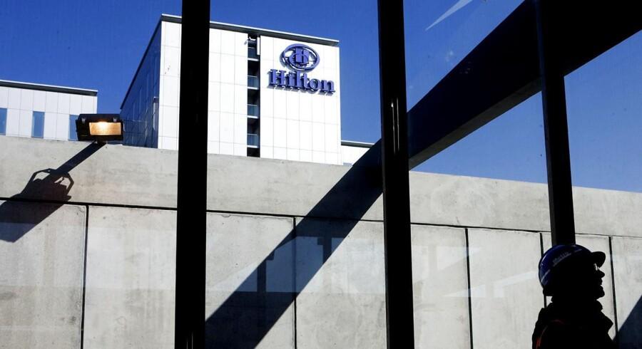 Det er planen, at det nye hotel ved Københavns Lufthavn skal skyde op ved siden af det nuværende Hotel Hilton .