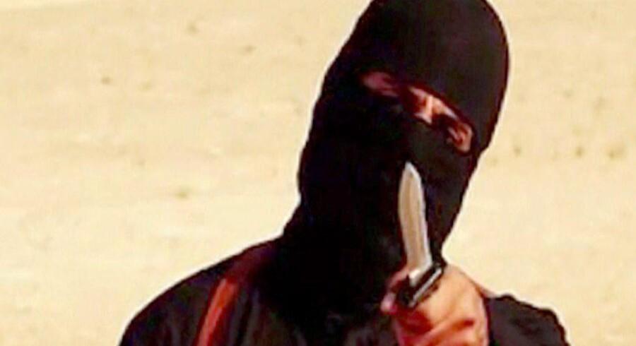»Jihadi John«, hvis identitet nu er afsløret af amerikanske regeringskilder – til stor ærgrelse for briterne. Video: AFP