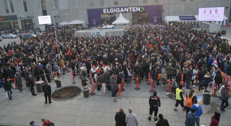 Der var kæmpe kø foran Elgiganten, da butikken lørdag åbnede i storcentret BIG Herlev ved København. Tusindvis af kunder ventede på at blive lukket ind til de vilde tilbud.