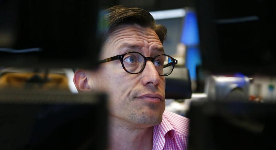 En aktiehandler i Frankfurt kigger bekymret op fra sin skærm. De europæiske aktier havde en rigtig grim mandag med store fald over hele linjen.