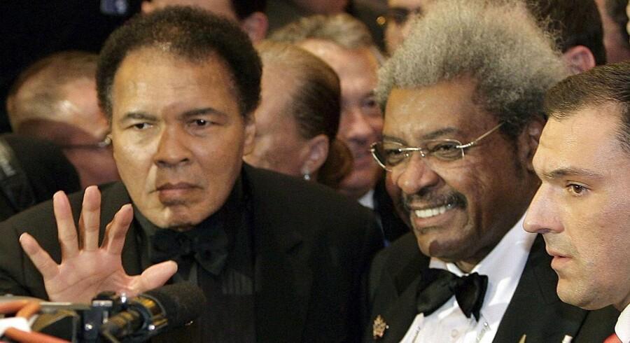 ARKIVFOTO 2005 af bokselegenden Muhammad Ali (tv) med promoteren Don King (midt).