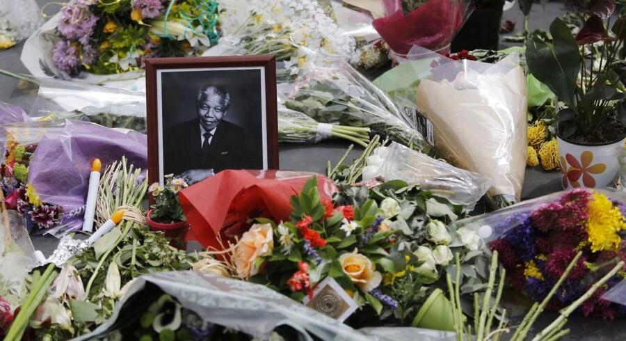 Sørgende har lagt blomster ved et shoppingcenter i Johannesburg til minde om Nelson Mandela.Foto: Kim Ludbrook/EPA