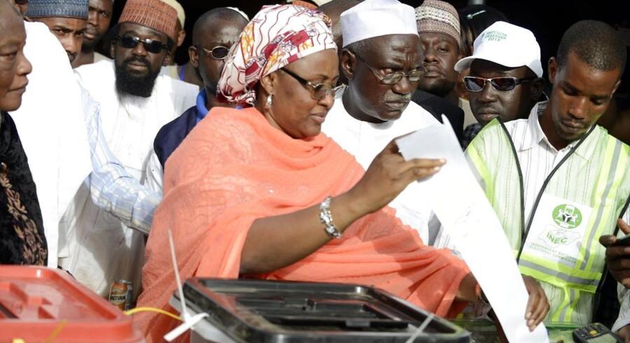 Opposittionsleder Mohammadu Buharis hustru, Aisha, stemmer.