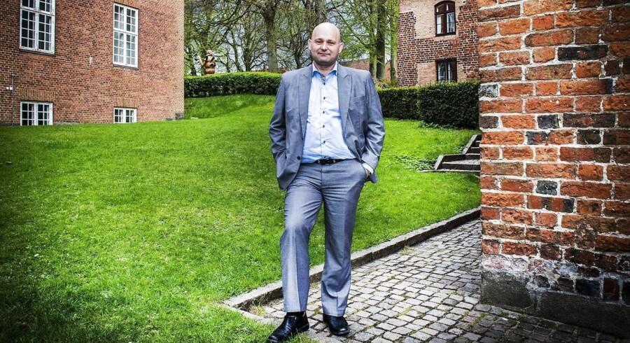 Søren Pape Poulsen ved Gråbrødre Klosterkirke i Viborg. Fra nytår bliver det en lille femhundredekroneseddel dyrere at være boligejer i Viborg Kommune.