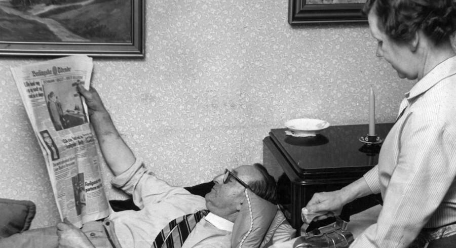 """En ny bog har komponeret en hyldest til generationer af husmødre. Berlingske har været i arkiverne og fundet frem til kvinderne og de gamle dyder. Kønsrollemønstret og arbejdsfordelingen ændrede sig ikke væsentligt i 50""""erne. Manden læser Berlingske Tidende, mens konen stryger hans hvide skjorte til næste dag."""