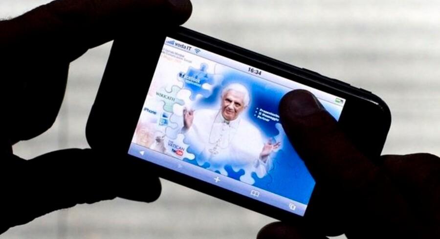 »Kommer nu til en iPhone nær dig,« fristes man til at sige med Vatikanets seneste satsning. Foto: Alessandro Bianchi, Reuters/Scanpix