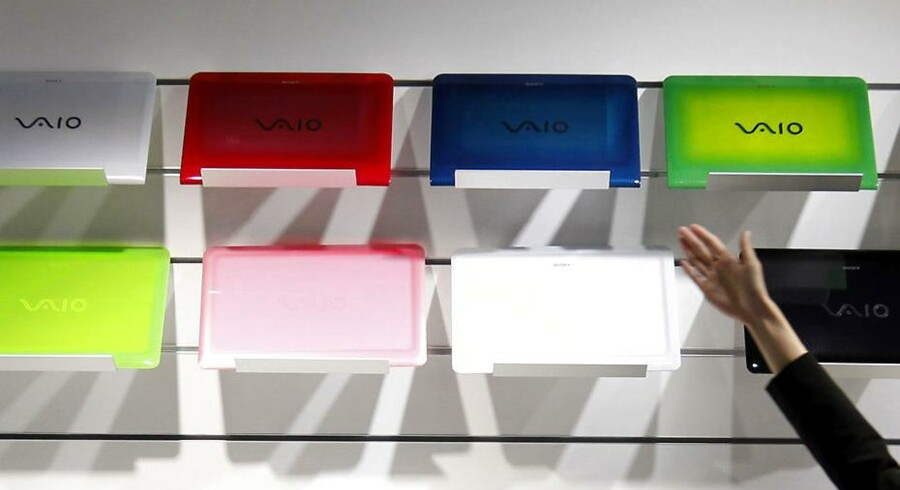 En medarbejder fremviser Sonys VAIO bærbare computer serie. Det ser skidt ud for Sonys mobilafdeling efter de offentliggjorde, at hovedkoncernen forventer et underskud på 180 milliarder yen.
