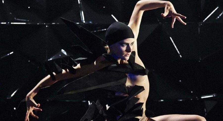 """Eneren i mørket i den flotte, men lidt for glinsende og glatte forestilling """"Black Diamond"""". Foto: Henrik Stenberg"""