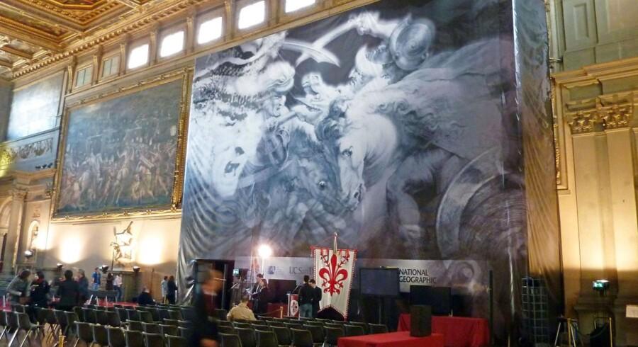 Sådan ser det forsvundne maleri angiveligt ud. Her er et banner med en gengivelse af Da Vinci-maleriet.