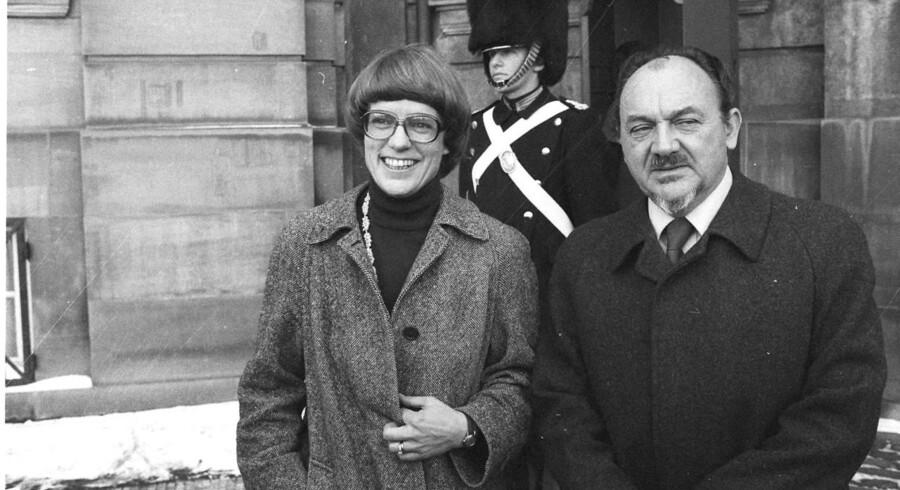 Dorte Bennedsen (Socialdemokratiet), tv, - her sammen med daværende statsminister Anker Jørgensen (Socialdemokratiet), th, uden for Amalienborg