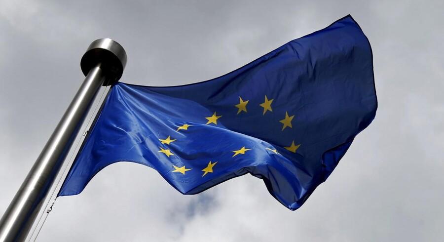 ARKIVFOTO: Et EU flag vajer uden for EU-Kommissionens hovedkvarter i Bruxelles, juni 2015. REUTERS/Francois Lenoir