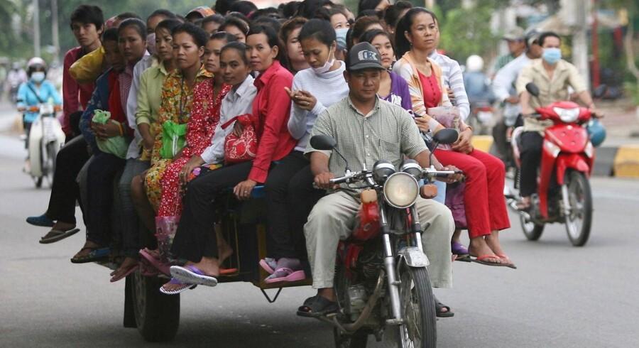 Cambodja oplever et boom i udenlandske investeringer. Her ses en ladning arbejdere, der bliver kørt på job i hovedstaden Phnom Penh.