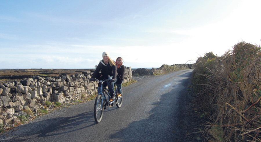 Vi en lejer en tandemcykel og en almindelig cykel og begiver os op langs østkysten. Turen går forbi en sælkoloni til Kilmurvey, der om sommeren bryster sig af en af øens bedste sandstrande med blåt flag.