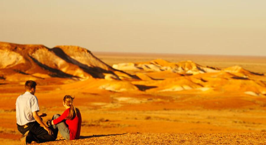 Derude i outbacken, under den tørre, røde jord venter lykken – måske. Tusindvis af borehuller viser, at det ikke er så let endda, selv om Coober Pedy er et af verdens største opal-mine områder.