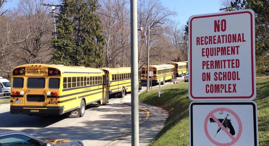 Skolebusser holder parkeret ude foran Franklin Regional High School, hvor flere internationale medier beretter om knivstikkeri, som indtil videre har forårsaget 20 sårede.