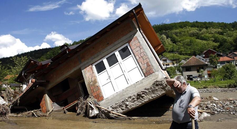 Oversvømmelserne i Serbien anslås at koste over ti milliarder kroner. Her et hus revet op fra jorden i byen Krupanj vest for Beograd, fotograferet 19. maj.