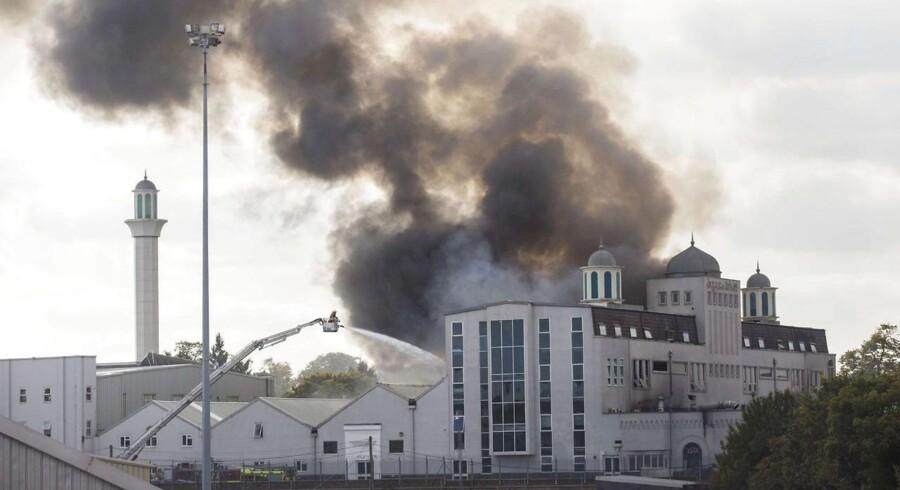Over 70 brandmænd deltog lørdag i bekæmpelsen af den voldsomme brand i Baitul Futuh-moskeen i det sydvestlige London